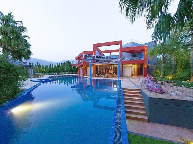Spacious villa with swimming-pool, location de vacances à Amarynthos