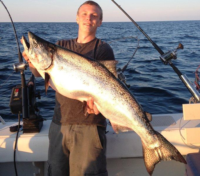 Pegar gigante King Salmon a bordo First Choice Charters. Pedido capitão Bill ... ele é ótimo !!!