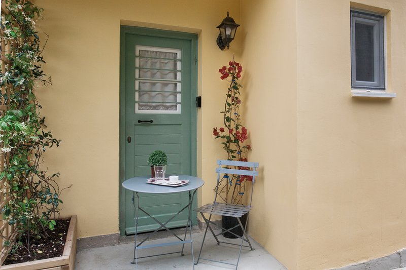 Character family apartment near Athens center & direct metro airport line, holiday rental in Kaisariani