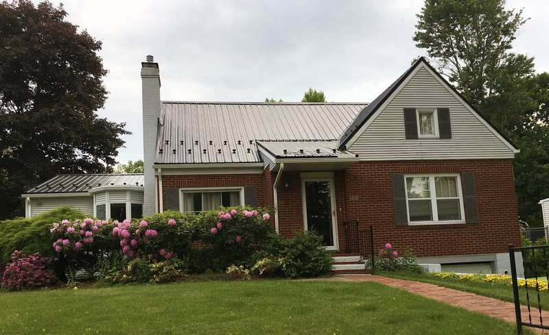 Downtown Pugh Street Home with a Great Porch - Walk to Campus, location de vacances à Centre Hall