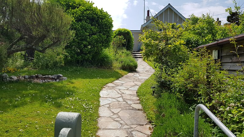 Seagulls 2 bedroom Holiday Cottage with private gardens, location de vacances à Porthcothan