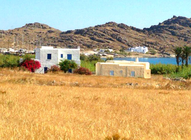 View of the house from the street. You'll stay in the white The ochre building is not habitable yet.