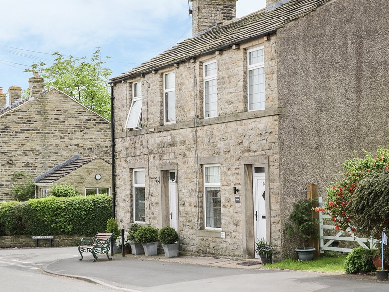 THE SNUG, centre of Cononley, Skipton 4 miles, cosy interior, Ref 964758, holiday rental in Lothersdale