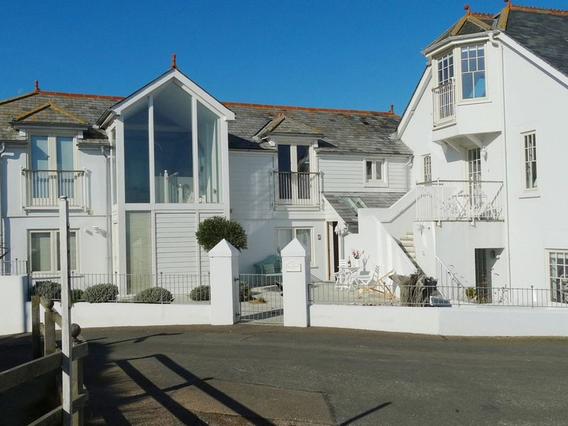2 ELLA MEWS, reverse-level mews house with spectacular coastal views and use of, holiday rental in Slapton