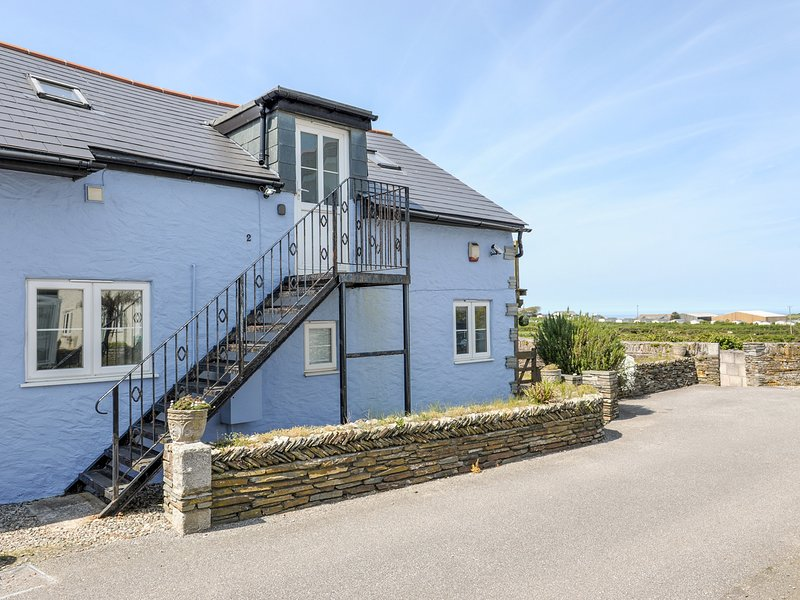 THE BLUE HOUSE, WiFi, flexible zip/link bedroom, first floor balcony and patio, vacation rental in Tintagel