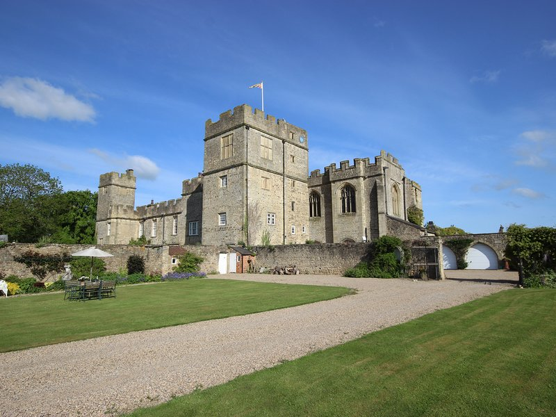 SNAPE CASTLE, THE UNDERCROFT, Grade I listed, en-suite, open-plan, Ref 976588, Ferienwohnung in Newton le Willows
