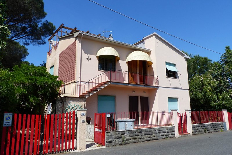 Luminous independent apartment with large roof terrace, near the beach,quiet, holiday rental in Rosignano Solvay