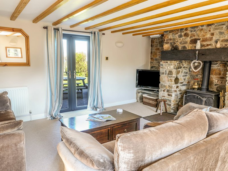 PENBARDEN BARN, spacious barn conversion, woodburner, garden, Crackington, holiday rental in Crackington Haven