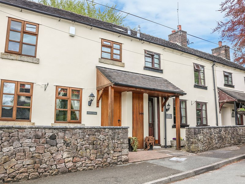 POST OFFICE COTTAGE, pub across road, near Peak District, woodburner, Ref 963389, holiday rental in Bagnall