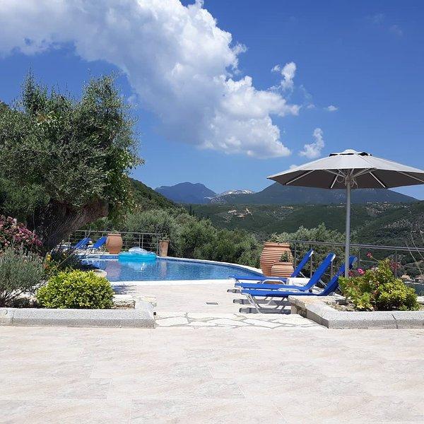 Villas Amantea 5 con piscina privata e vista panoramica sul porto di Sivota, holiday rental in Evgiros