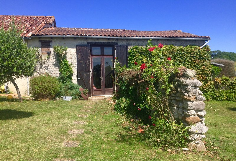 The Bakehouse, Nr Aubeterre - pool & tennis court, holiday rental in Chenaud