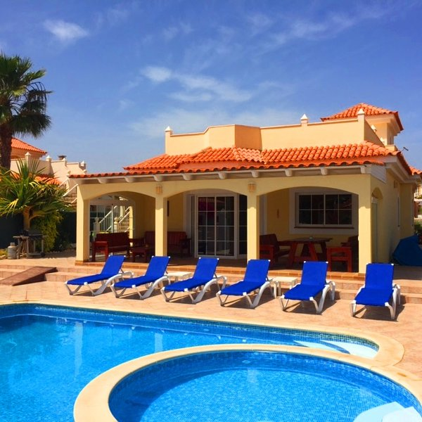 Villa Amarillo. Capacidad para 8 personas. Bar privado y piscina. Piscina separada para niños pequeños