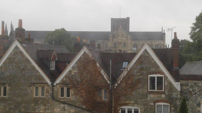 La vista desde la habitación sobre Gables siglo 18 hasta la catedral medieval más allá