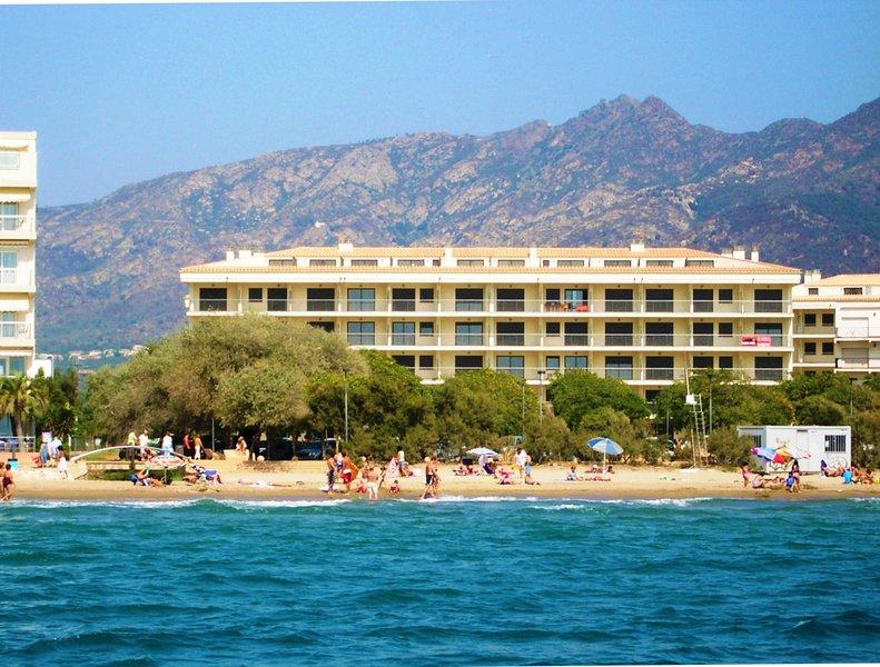 Bonito apartamento situado en primera línea de playa, holiday rental in Roses