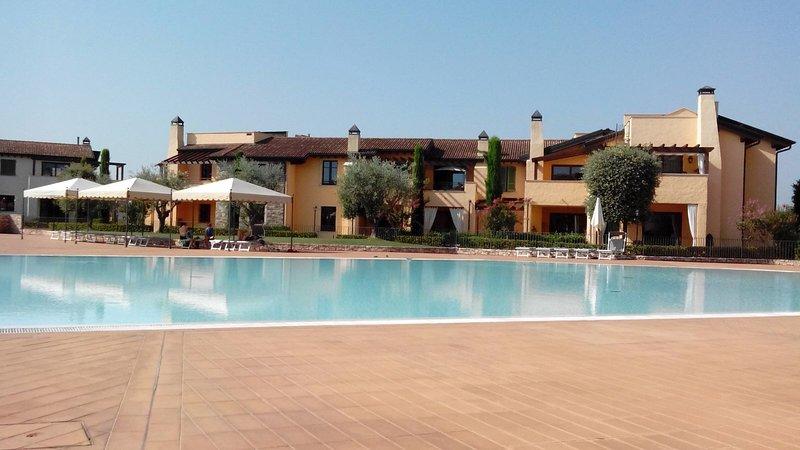 Esclusivo trilocale in residence di pregio con piscina, vacation rental in Peschiera del Garda