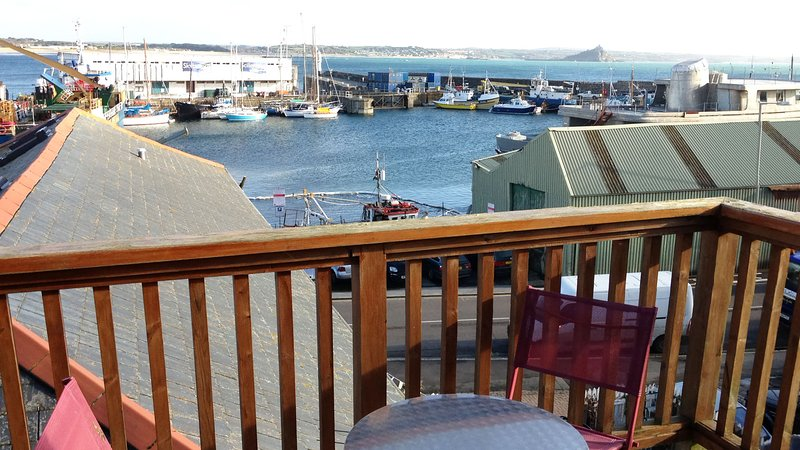Penthouse 3 - Spacious Harbourside Apartment with Stunning Sea Views, vacation rental in Longrock