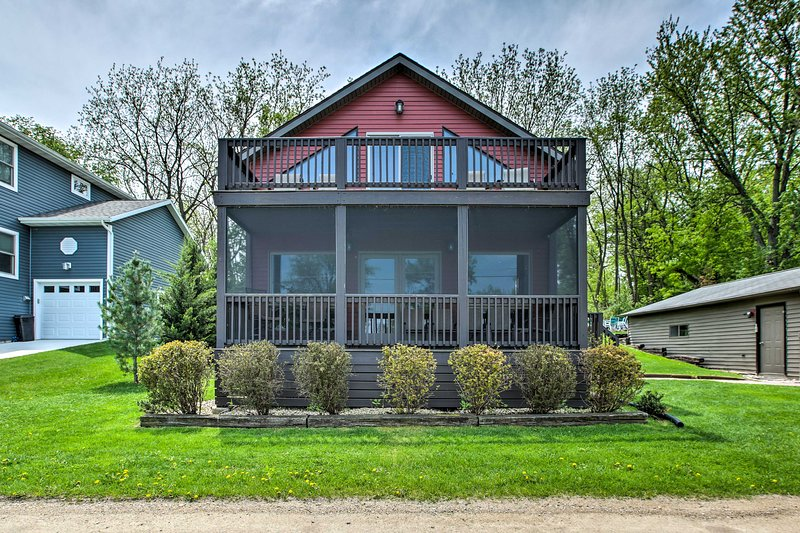 Waterfront Lake Koshkonong Home w/Pier & Fire Pit!, holiday rental in Janesville