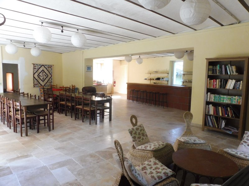 A spacious and comfortable room for meals, with a large bar for appetizers!