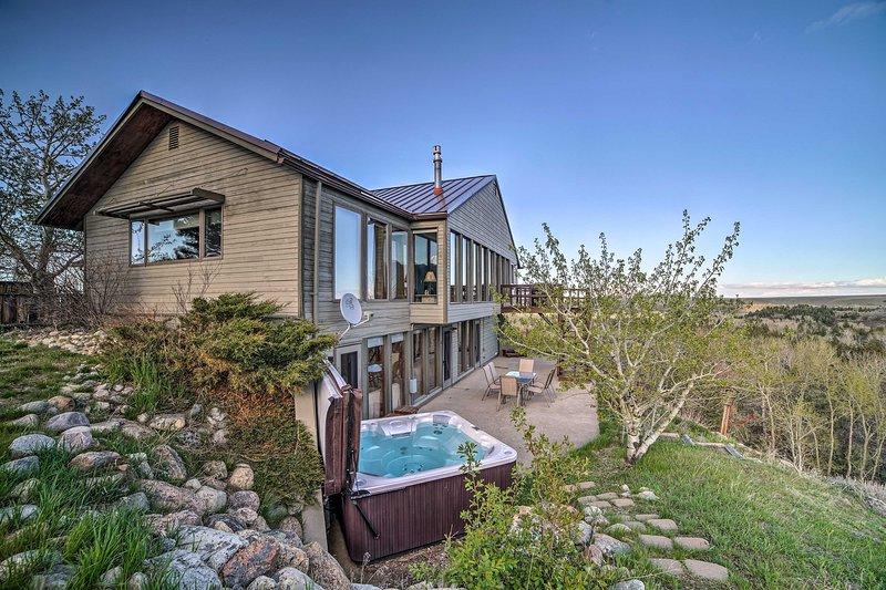 Situado en 2 acres, esta casa de 2100 pies cuadrados cuenta con una bañera de hidromasaje privada.