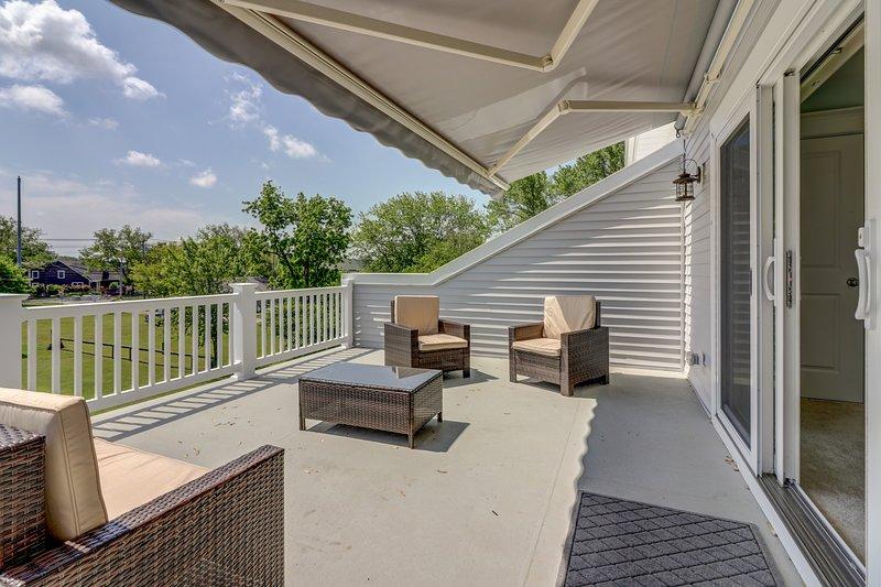 Grande terrazza w / posti a sedere e tenda da sole