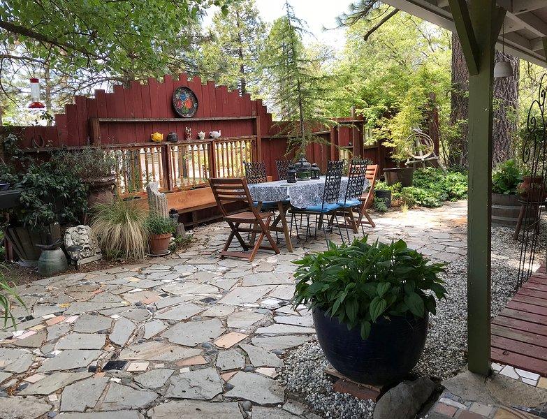 jardín delantero y comedor