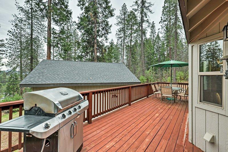 Sentarse en el balcón y disfrutar de una comida cocinada a la parrilla de gas.