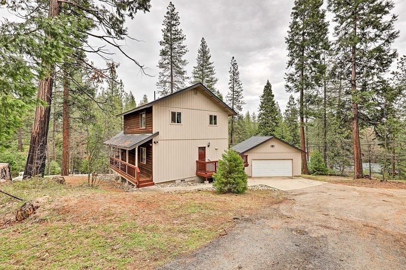 Ubicado entre los pinos, esta casa tranquila es cálido y acogedor.