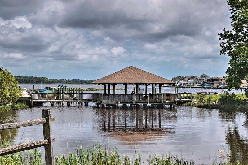Disfruta de las comodidades de la comunidad de Ocean Pines que incluyen marina y club de yates.