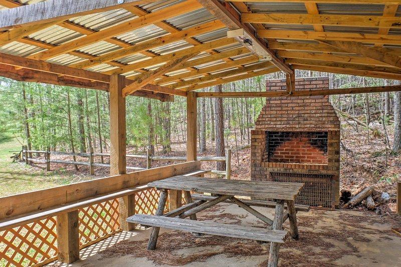 Griller une barbecue en utilisant le poêle en brique massif!