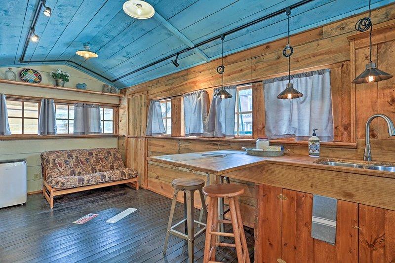 Esta morada recientemente renovado cuenta con todos los elementos esenciales modernas del hogar.