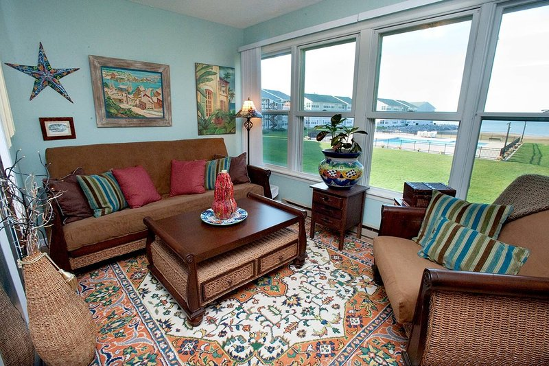 Erie Lakefront Condo w/ Views/Beach/Pool/Hot Tub, alquiler de vacaciones en Port Clinton
