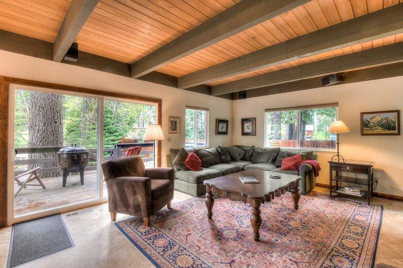 Wohnzimmer ist mit großem Schnitt und Stuhl zum Entspannen