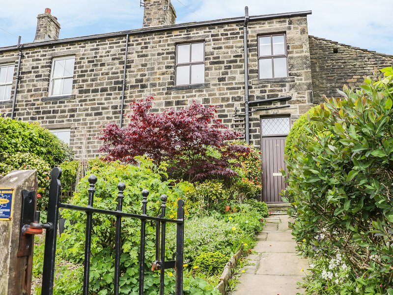 DAFFODIL COTTAGE, stone built, woodburning stove, near Keighley, Ref 975686, location de vacances à Sutton-in-Craven