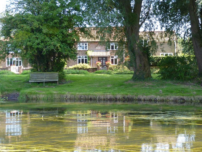 Drabblegate River Cottage, beautiful cottage overlooks water meadows, sleeps 4, holiday rental in Banningham