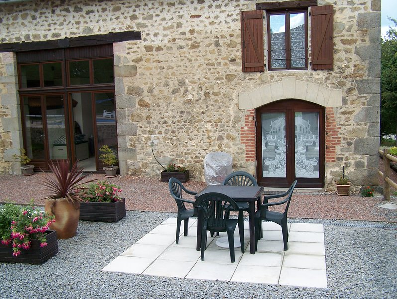 Beautiful French Character Stone Cottages with Swimming Pool, vacation rental in Saint-Dizier-Leyrenne