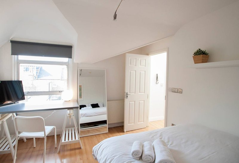 Spacious and bright double room, vacation rental in Morden