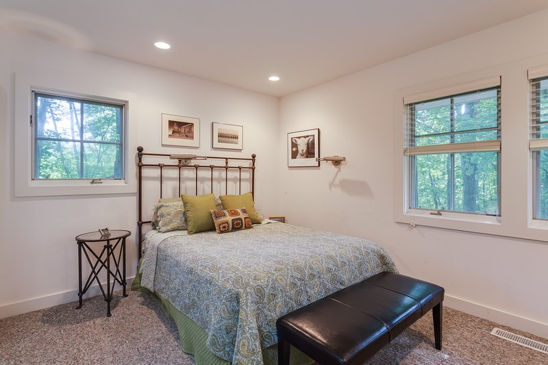 Queen bedroom with lots of natural light. Feels like you're up in a tree house