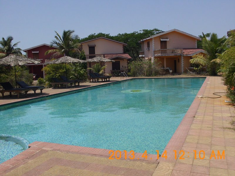 olympique piscine avec piscine et transats Tiki Hut Parapluies
