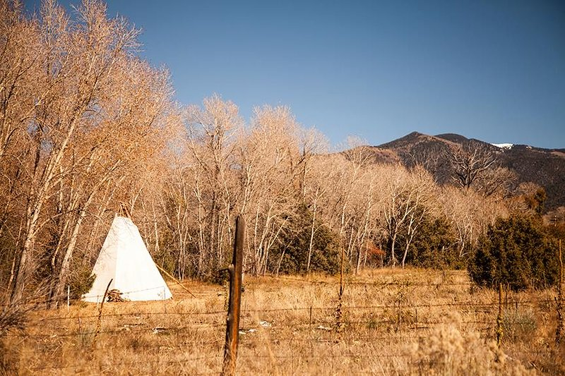 Tewa Glamping Tipi, holiday rental in Cerro