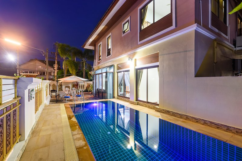 Patong 4 bedroom private pool villa best location, holiday rental in Kathu