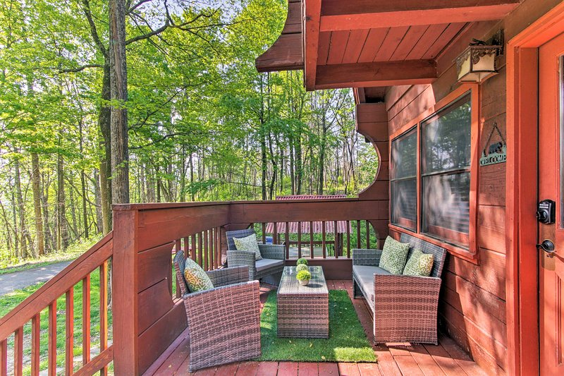 Retreat w/Hot Tub + Fire Pit ~ 12 Mi to Dollywood!, vacation rental in Gatlinburg