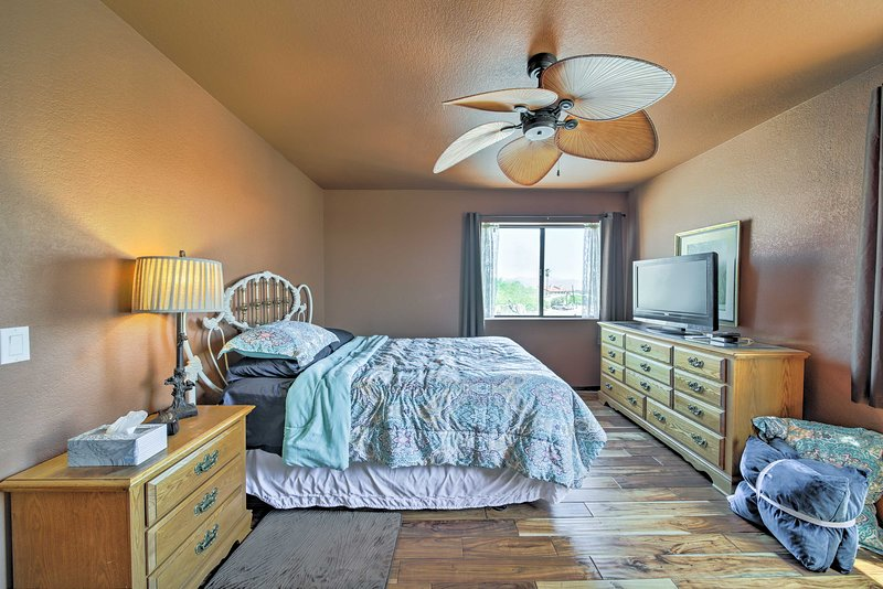 Cool off with the ceiling fan and central air conditioning.