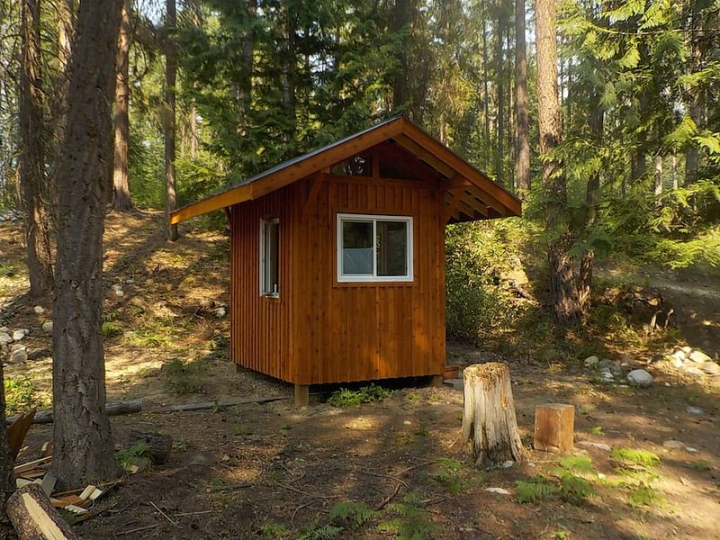 Private hut with two beds, vacation rental in Castlegar