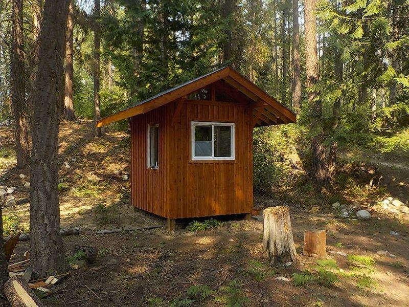 Private hut with two beds, alquiler de vacaciones en Castlegar