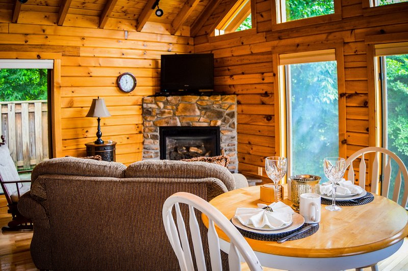 Classic Cabin - hot tub honeymoon at Golden Anchor Cabins, alquiler vacacional en Upper Tract