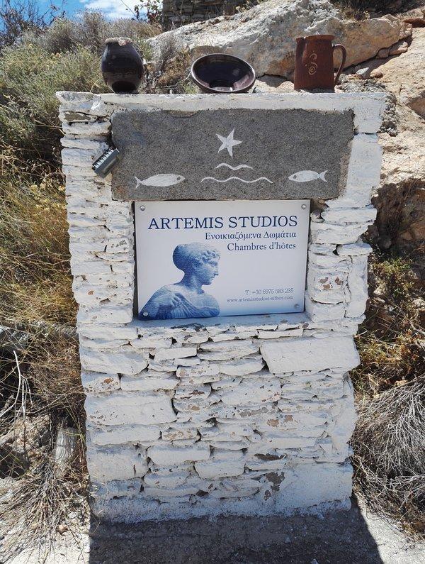 O sinal da casa no marcador de pedra diz-lhe o caminho