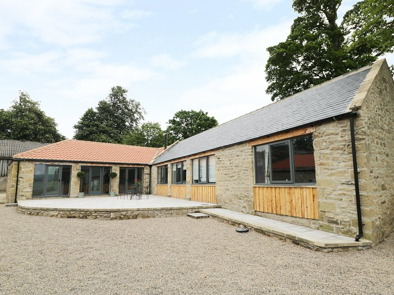 THE BYRE, exposed stone and beams, en-suites, barn conversion, Ref 935175, holiday rental in Moulton