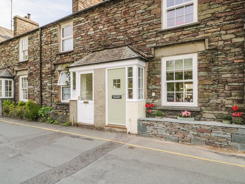 POPPY'S COTTAGE, woodburning stove, centre of Grasmere, Lake District National, holiday rental in Grasmere