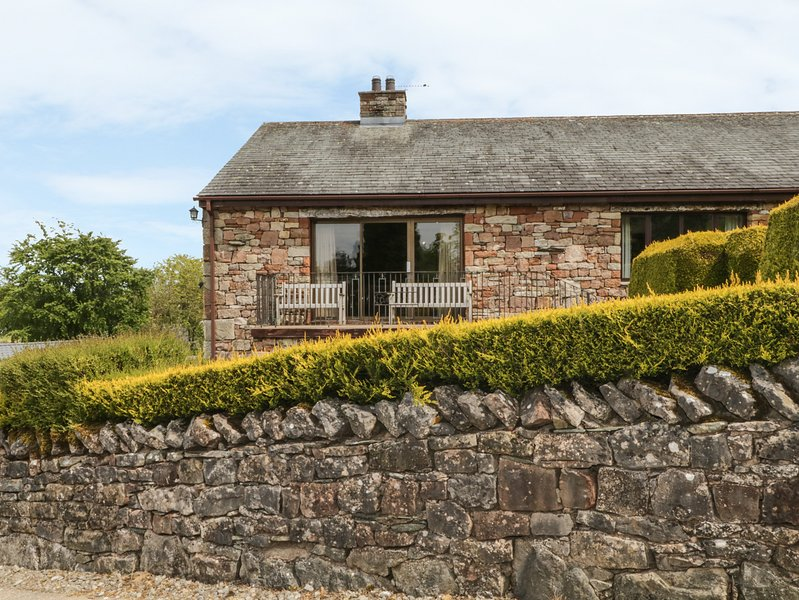 PARKLANDS, log fire, stunning views, spacious, WiFi, in Pooley Bridge, holiday rental in Askham