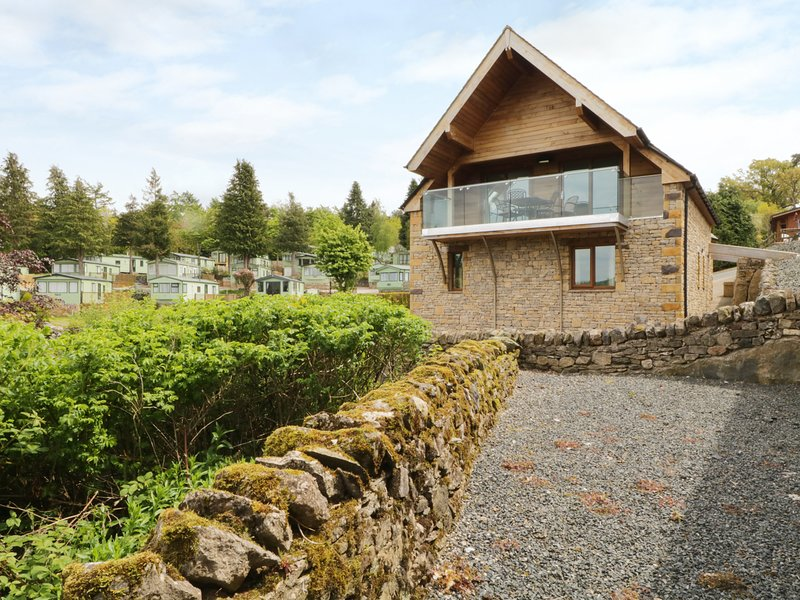 ELDERBECK LODGE, modern and open-plan, beautiful views of lake, WiFi, in Pooley, holiday rental in Askham